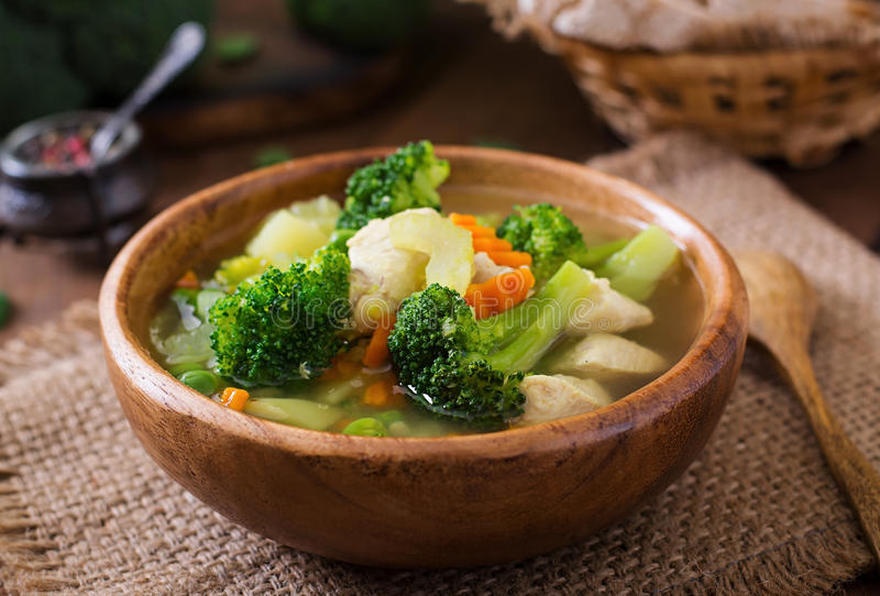 Sopa de pollo con bróculi, guisantes verdes, las zanahorias y el apio foto de archivo libre de regalías