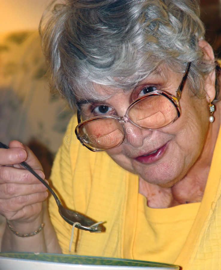 Sopa de pollo de la abuela foto de archivo