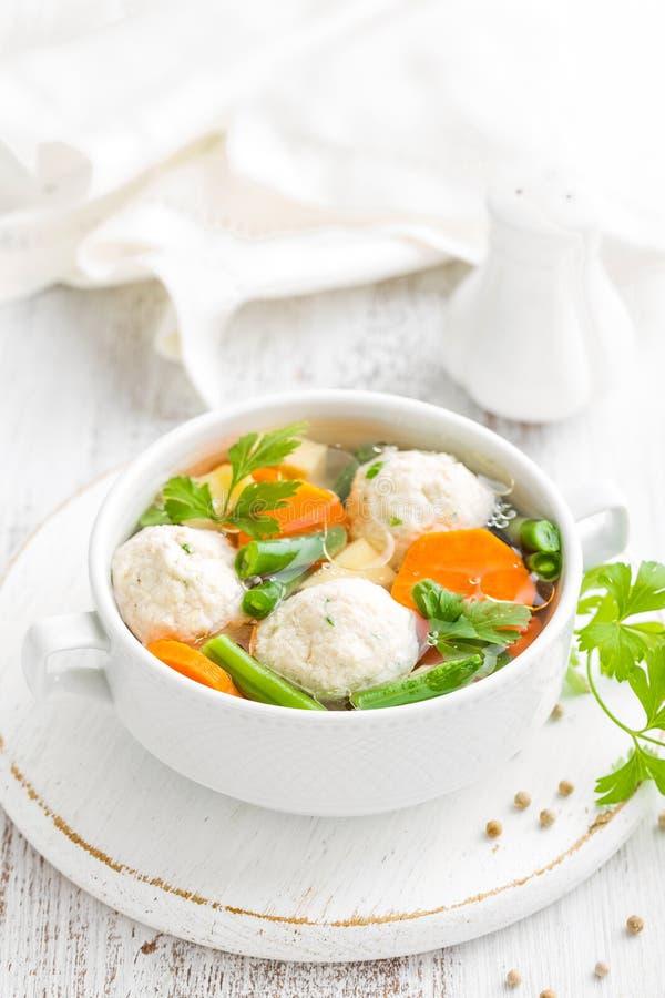 Sopa de pollo fresca con las verduras y las albóndigas en un cuenco foto de archivo