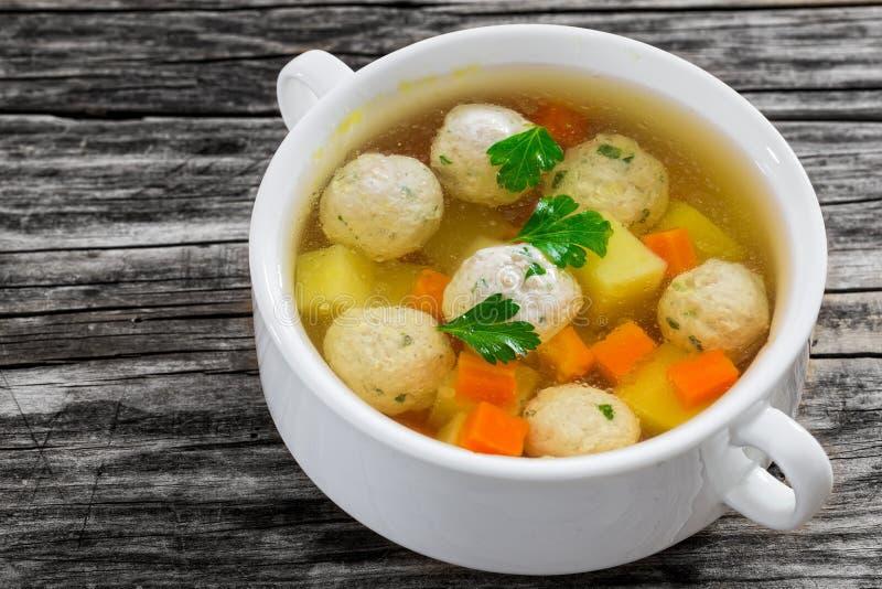 Sopa de pollo orgánica con las albóndigas, la zanahoria y la patata foto de archivo