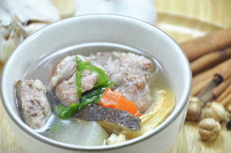 Sopa de reforço de carne de porco e vegetal imagens de stock royalty free