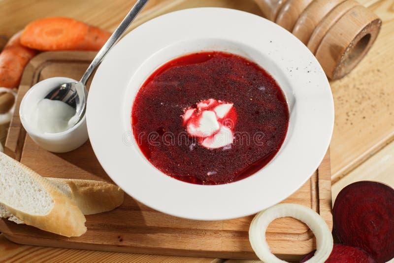 Sopa de remolachas tradicional ucraniana y rusa - borscht en pote de arcilla con la crema agria, especia, ajo, pimienta, secada imágenes de archivo libres de regalías