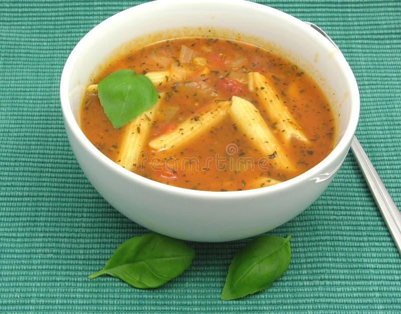 Sopa de tallarines con los tomates y las hierbas fotografía de archivo libre de regalías