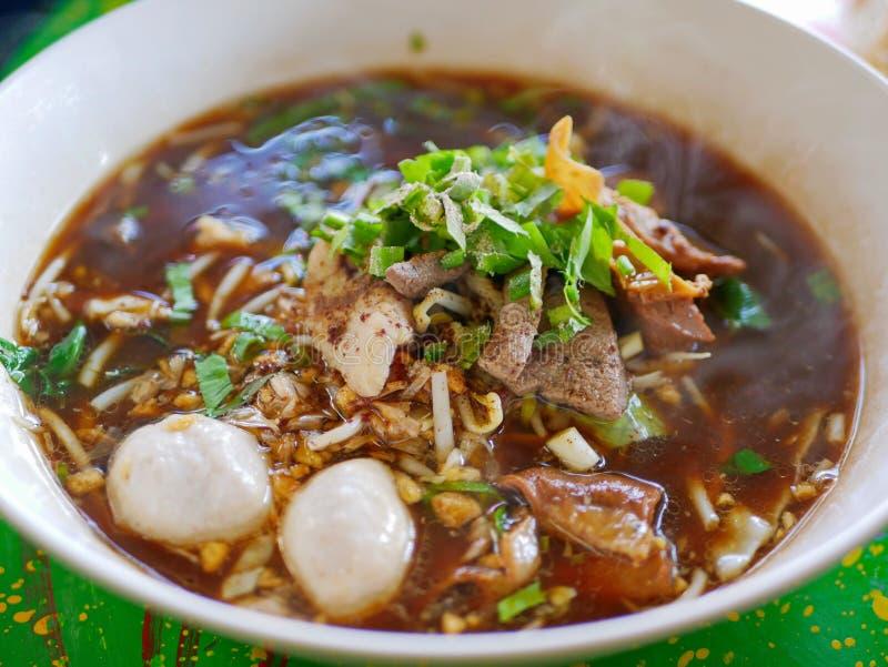 Sopa de tallarines fresca con el cerdo y su caldo grueso sabroso Guay Tiao comida deliciosa y sana de Nam Tok Moo - de la calle e fotos de archivo
