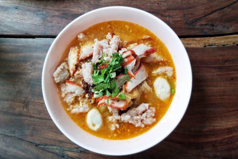 Sopa de tallarines tailandesa picante en la tabla de madera foto de archivo libre de regalías