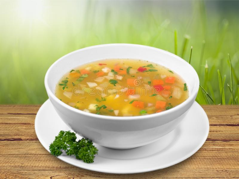 Sopa de verduras aislada en fondo de la tabla foto de archivo