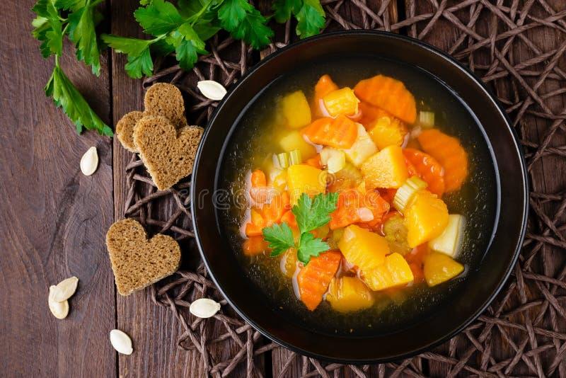 Sopa de verduras con la zanahoria, la patata y la calabaza Alimento vegetariano sano fotografía de archivo libre de regalías