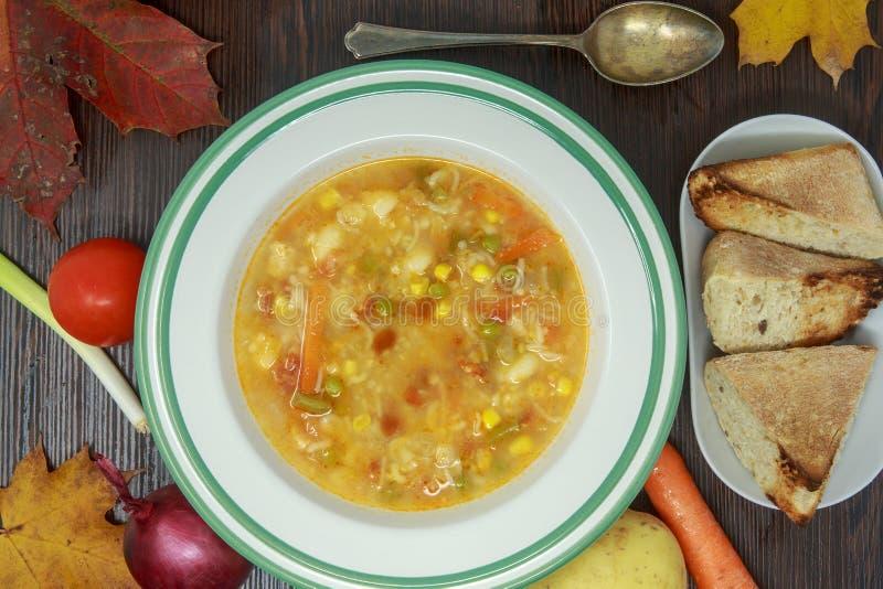 Sopa de verduras con las verduras frescas y tema del otoño foto de archivo libre de regalías