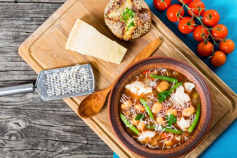 Sopa de verduras con las habas, coliflor, tomates, clo del minestrone fotografía de archivo libre de regalías