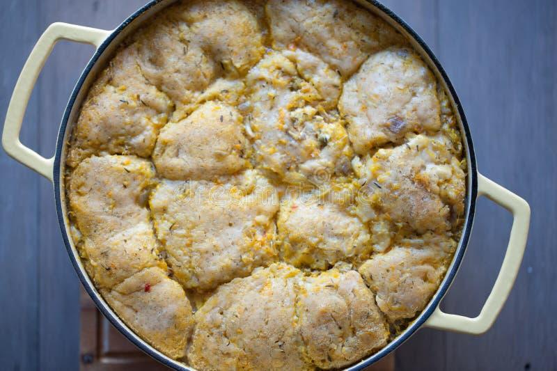 Sopa de verduras fresca con las bolas de masa hervida del pollo imágenes de archivo libres de regalías