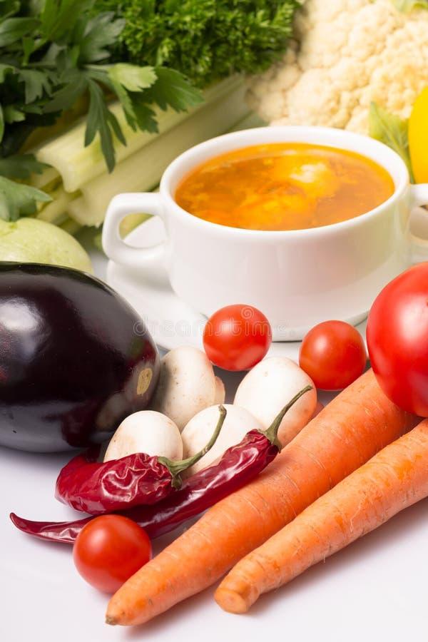 Sopa de verduras fresca con las verduras imagenes de archivo