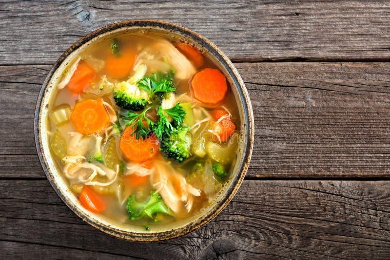 Sopa de verduras hecha en casa del pollo, cierre encima de la visión sobre la madera fotos de archivo
