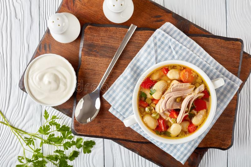 Sopa de verduras de Ork con las habas blancas fotografía de archivo libre de regalías
