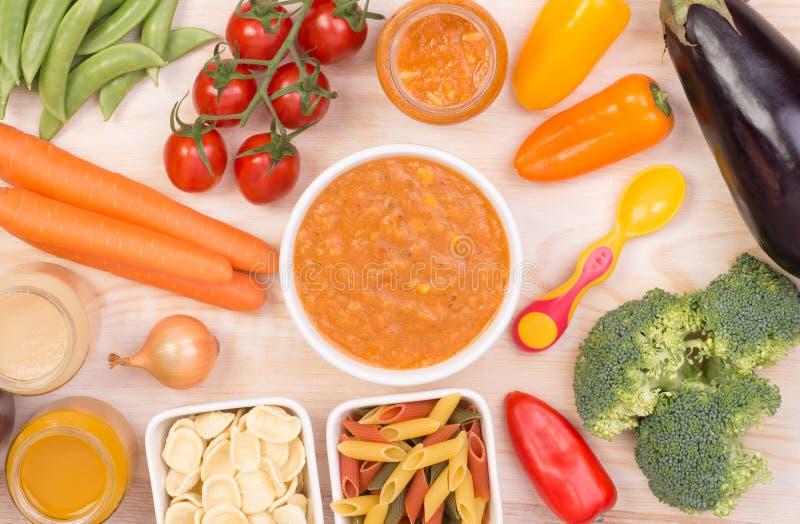 Sopa de verduras para un bebé imagenes de archivo