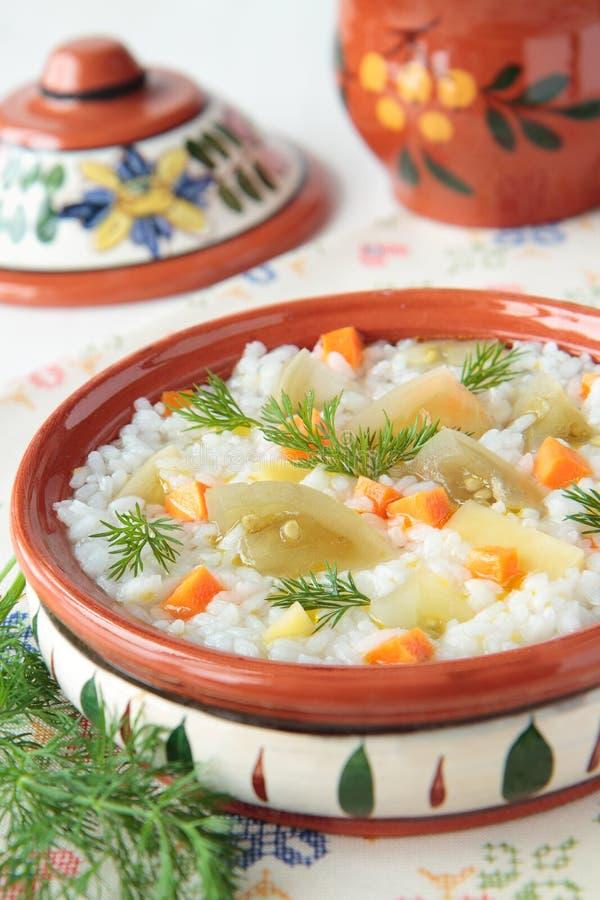 Sopa del arroz con los tomates y las zanahorias verdes conservados en vinagre fotos de archivo libres de regalías
