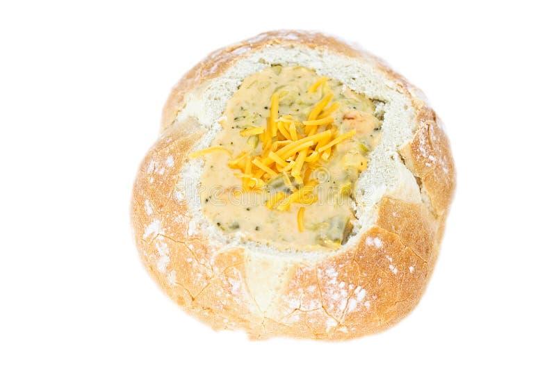 Sopa del bróculi en un tazón de fuente del pan de pan amargo foto de archivo libre de regalías