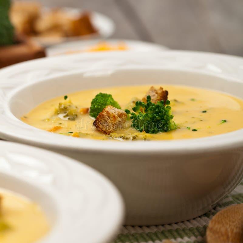Sopa del Cheddar del bróculi imagenes de archivo
