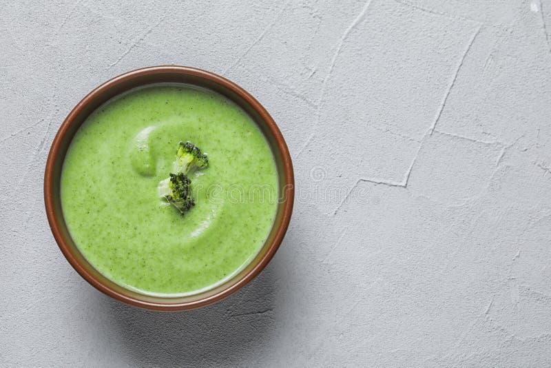 Sopa del detox de las verduras frescas hecha del bróculi en plato en la tabla, visión superior fotos de archivo
