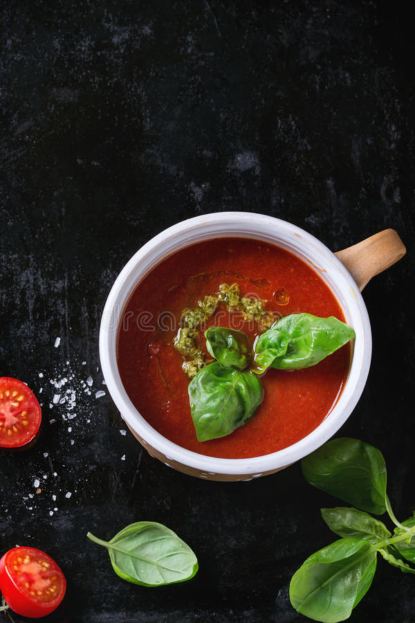 Sopa del gazpacho del tomate con pesto imágenes de archivo libres de regalías
