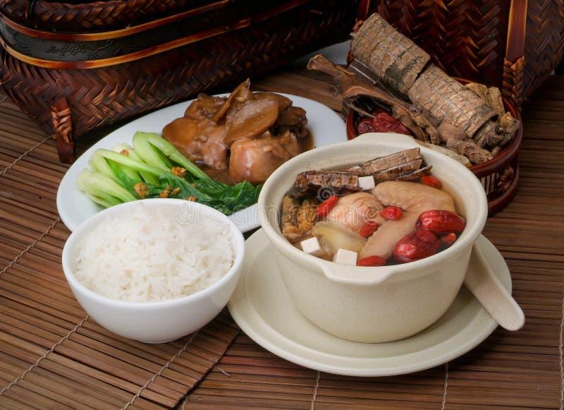 Sopa del pollo y de la hierba en el alimento de Asia del crisol fotos de archivo
