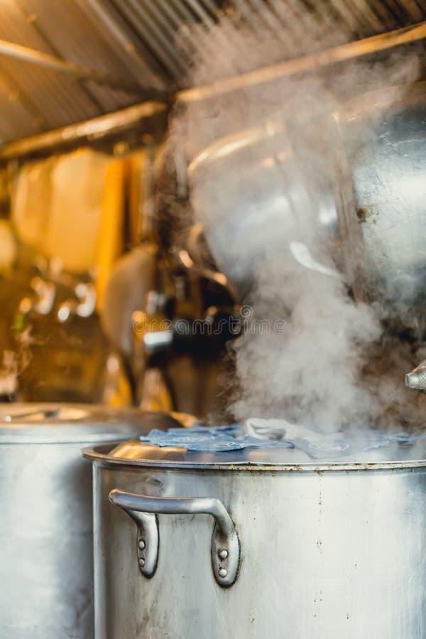 Sopa del simmer del agua hirvienda en pote o caldera grande imagenes de archivo