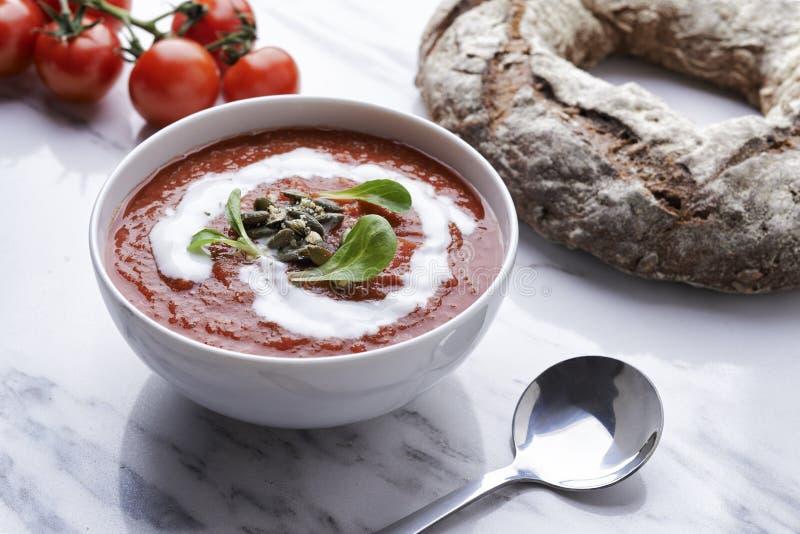 Sopa del tomate con las semillas de la crema y de calabaza fotos de archivo