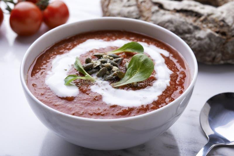 Sopa del tomate con las semillas de la crema y de calabaza foto de archivo libre de regalías