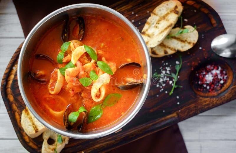 Sopa del tomate con los mariscos, cacciucco, visión superior imagen de archivo