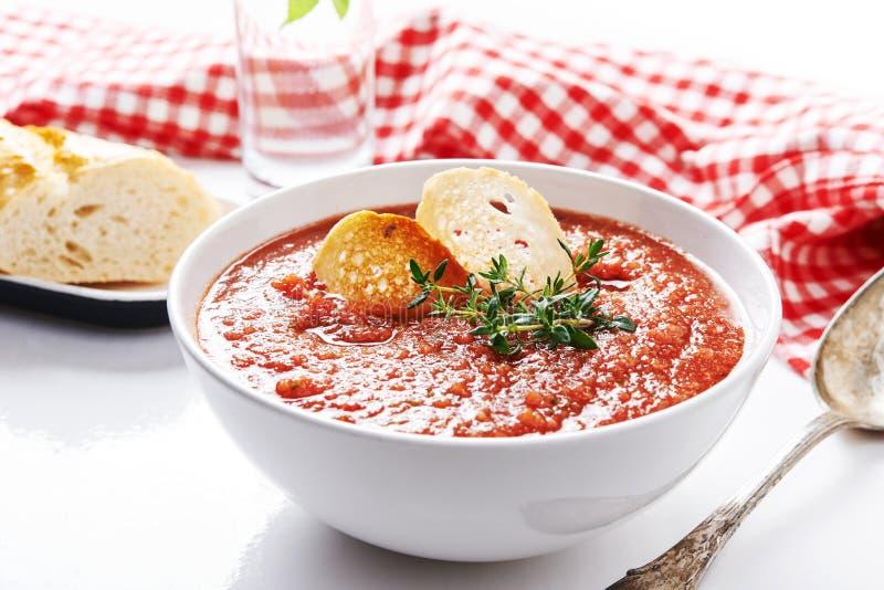 Sopa del tomate del verano foto de archivo