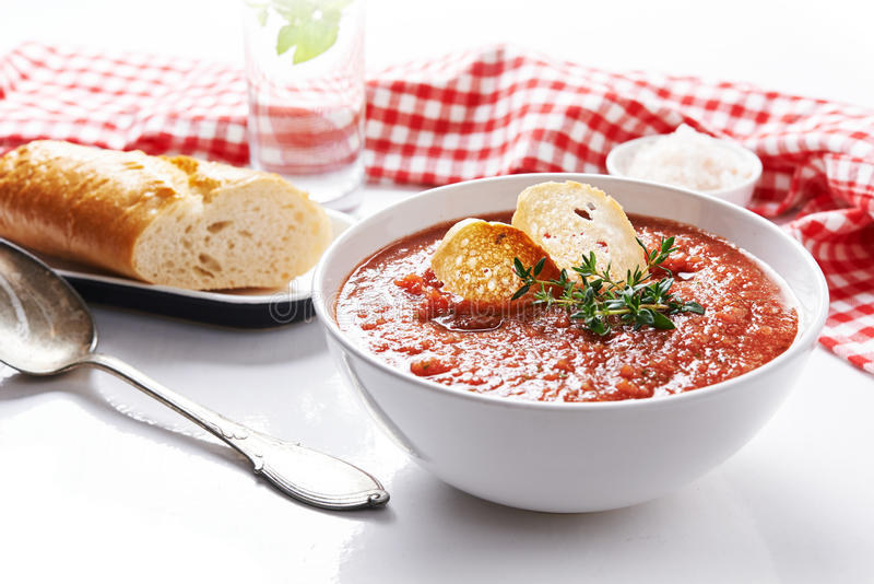 Sopa del tomate del verano imagen de archivo