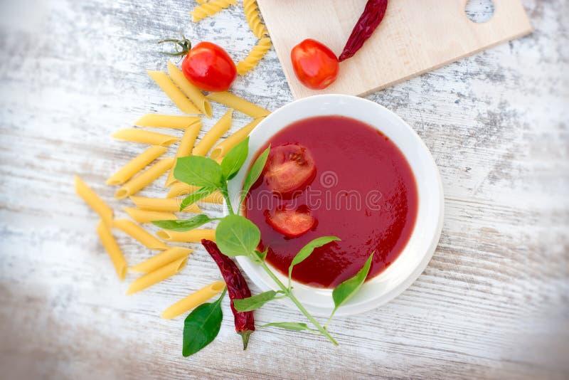 Sopa del tomate, salsa de tomate y pastas para el mea delicioso foto de archivo libre de regalías