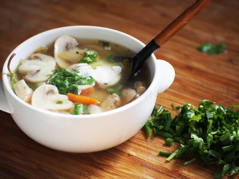 Sopa deliciosa con el pollo ahumado, las setas, los huevos del pollo y la crema imagen de archivo