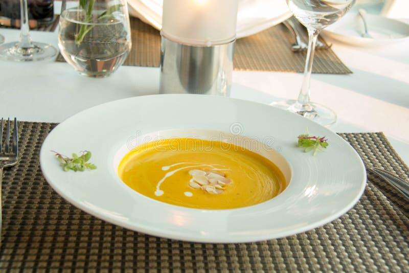 Sopa deliciosa da abóbora na bacia branca fotos de stock