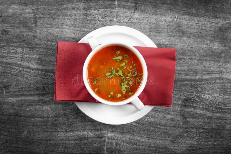 Sopa deliciosa no prato branco imagem de stock royalty free