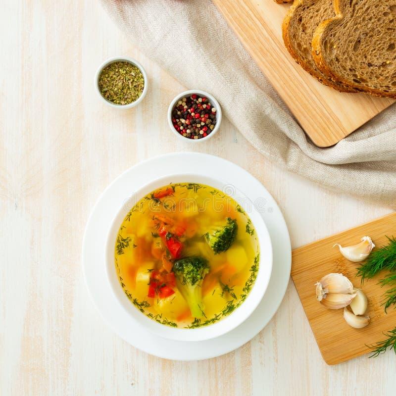 Sopa dietética vegetal do vegetariano da mola brilhante saudável com brócolis, vista superior foto de stock