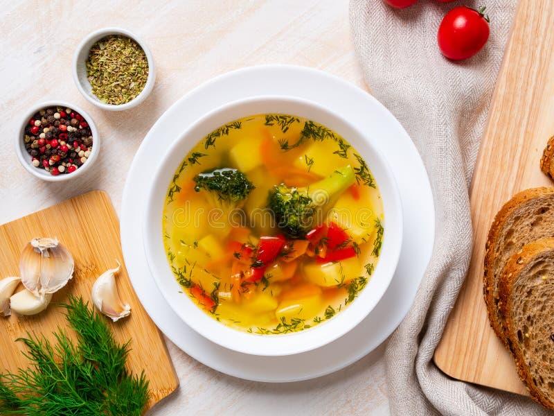 Sopa dietética vegetal do vegetariano da mola brilhante saudável com brócolis, vista superior, fim acima fotografia de stock royalty free