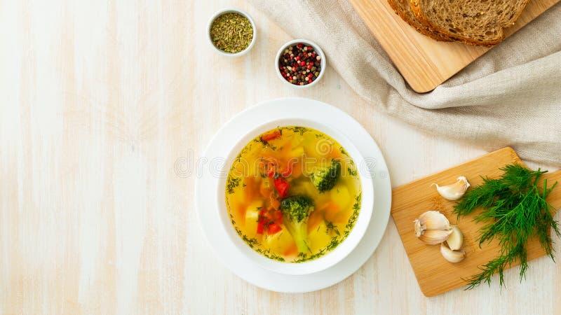 Sopa dietética vegetal do vegetariano da mola brilhante saudável com brócolis, vista superior, formato longo da bandeira, espaço  imagens de stock royalty free