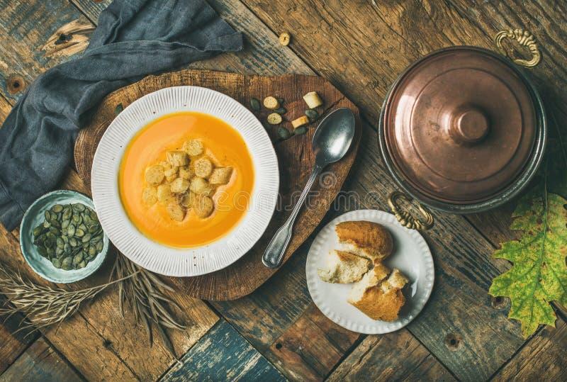 Sopa do creme da abóbora da queda com pão torrado e sementes imagens de stock