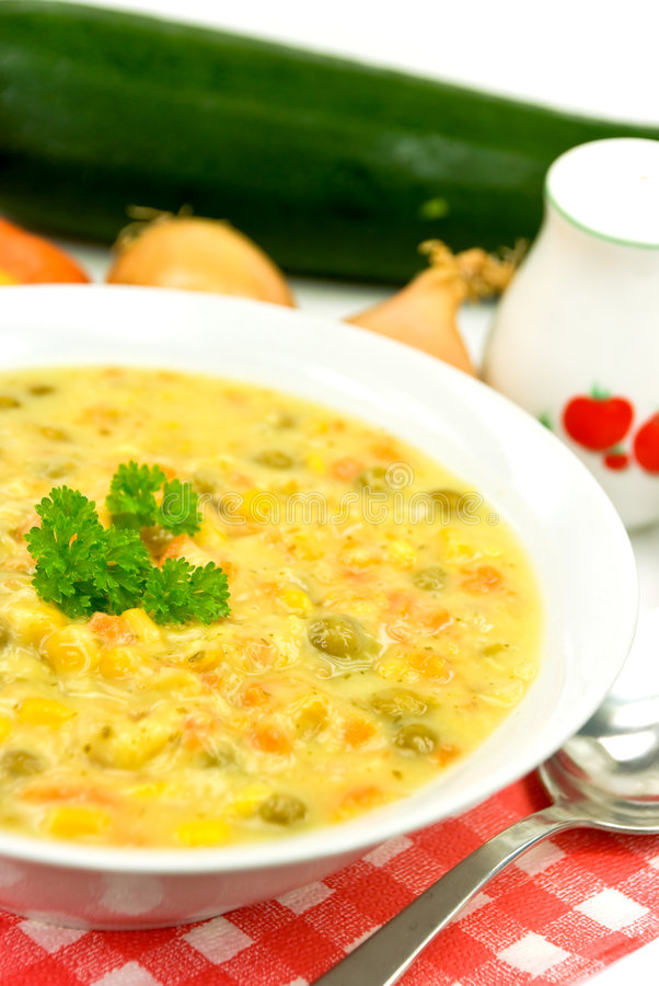 Sopa do guisado com pimenta de sino vermelha, ervilha verde, veg misturado imagem de stock royalty free