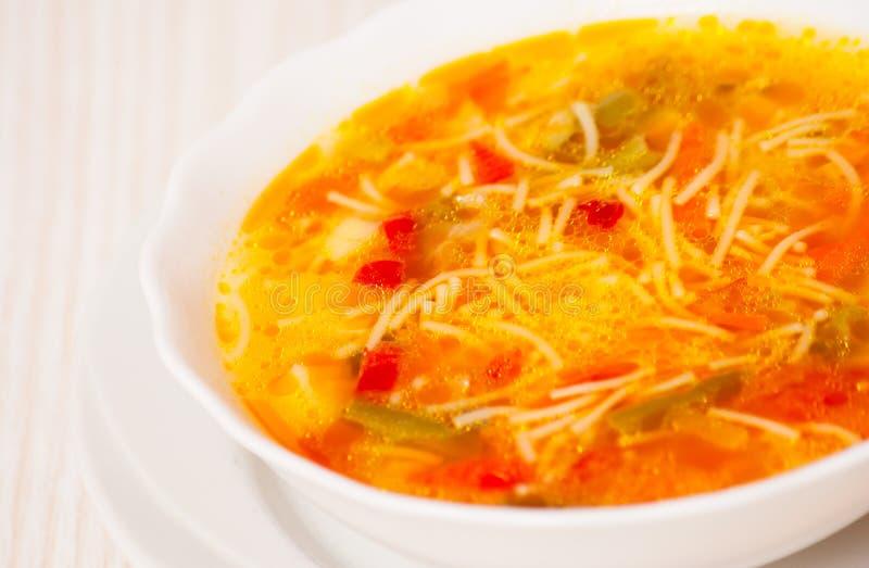 Sopa do legume fresco com macarronetes imagens de stock