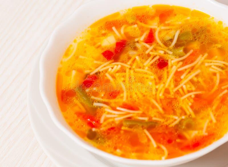 Sopa do legume fresco com macarronetes foto de stock