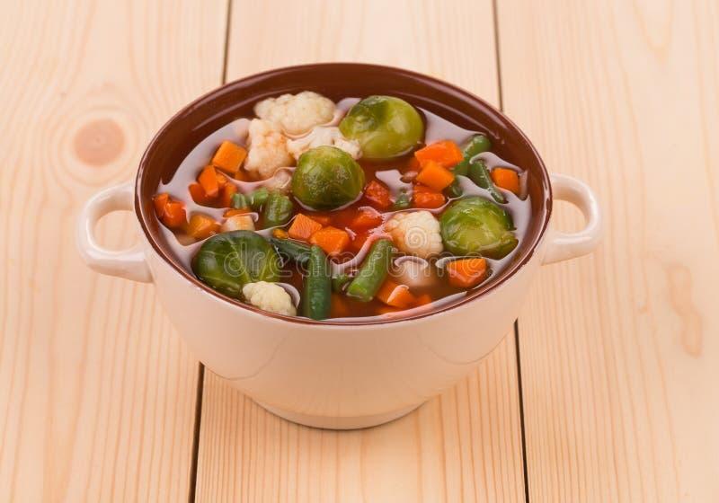 Sopa do legume fresco com a salsicha na madeira imagem de stock