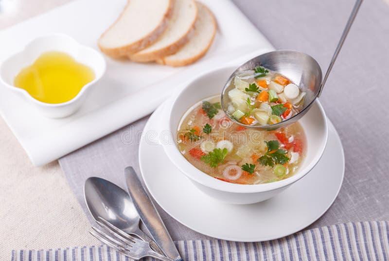 Sopa do legume fresco feita da couve, cenoura, batata, pimenta de sino vermelha, tomate na bacia fotos de stock