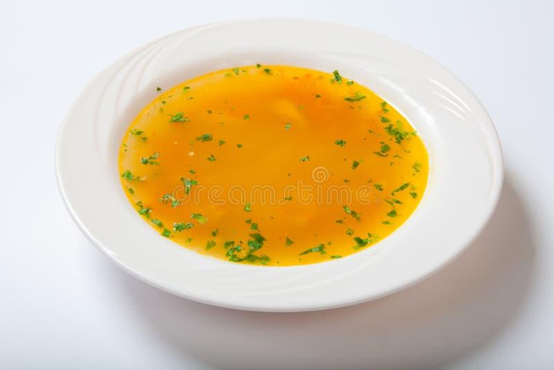 Sopa do legume fresco feita do feijão verde, cenoura, batata, pimenta de sino vermelha, tomate na bacia imagens de stock royalty free