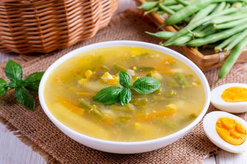 Sopa do legume fresco feita do feijão verde, ervilha, cenoura, batata na bacia foto de stock