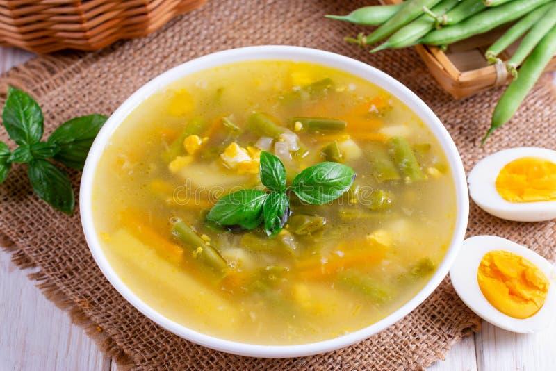 Sopa do legume fresco feita do feijão verde, ervilha, cenoura, batata na bacia fotos de stock