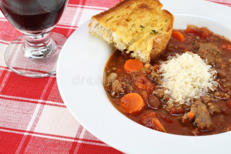Sopa do Minestrone e pão de alho. fotos de stock royalty free