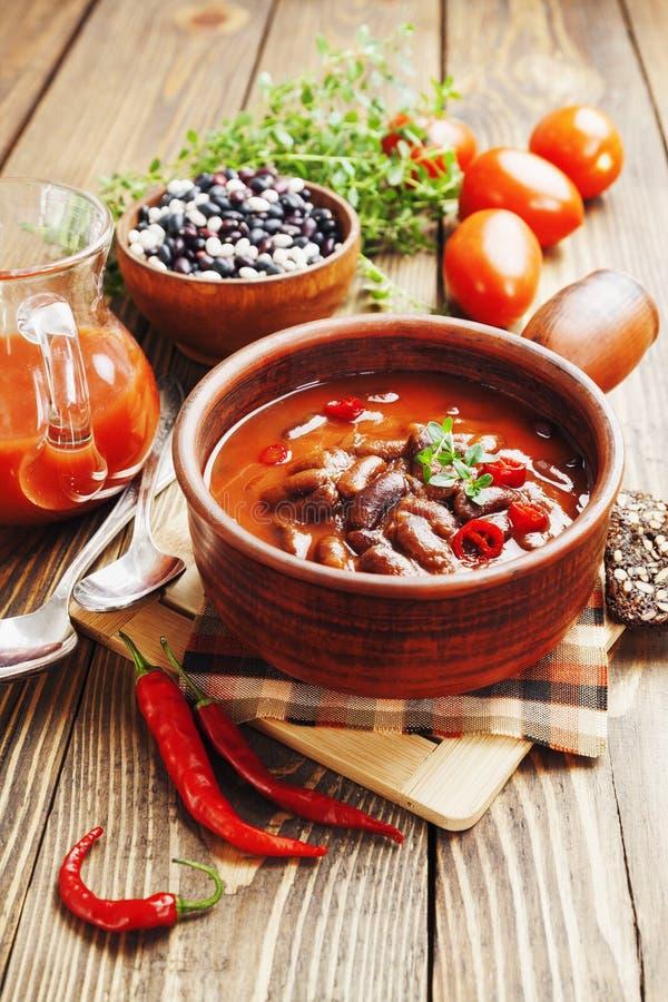Sopa do pimentão com feijões vermelhos e verdes fotografia de stock royalty free