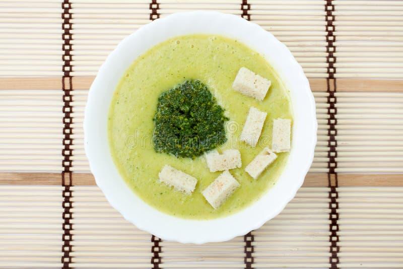 Sopa do puré com bróculos e fritos de pão imagem de stock royalty free