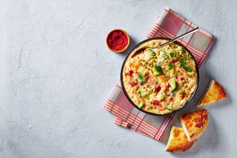 Sopa do queijo dos br?colis em uma bacia preta foto de stock royalty free